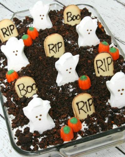 Spooky-Halloween-Oreo-Poke-Cake-818x1024
